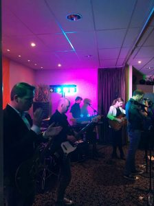 Even stemmen voor de volgende set - Trouwfeest met Coverband The Hits