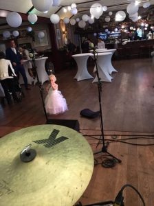 Kleine bruiloft-gast tijdens soundcheck Coverband The Hits