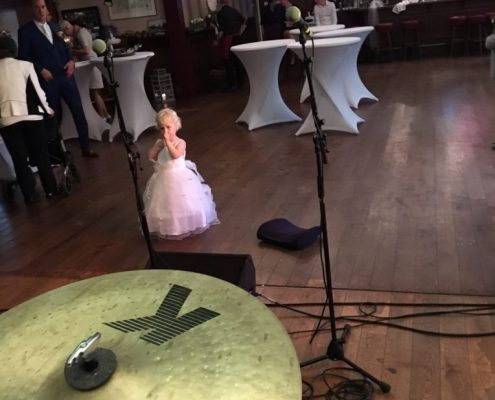 Kleine bruiloft-gast tijdens soundcheck Coverband The Hits