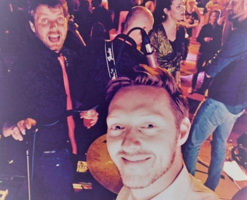 Zicht vanaf podium op feestzaal - Coverband The Hits
