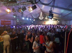 Publiek in feesttent - Nacht van de Koning 2018 met Coverband The Hits